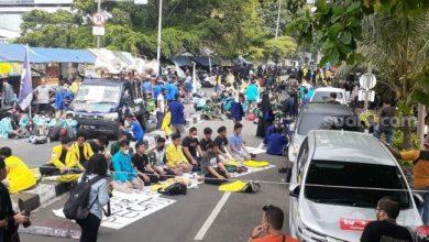 Photo of Adzan Berkumandang di Atas Mobil Aksi Demo BEM SI Batalkan Pemecatan 57 Pegawai KPK