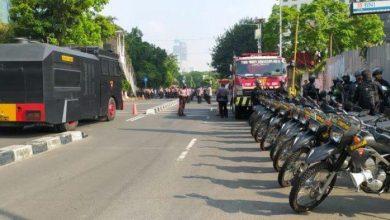Photo of Demo di Depan Gedung KPK Diwarnai Saling Dorong Antara Mahasiswa dan Polisi